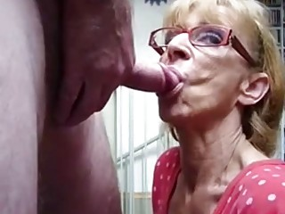 Mature granny gives head and eagerly awaits hardcore double penetration